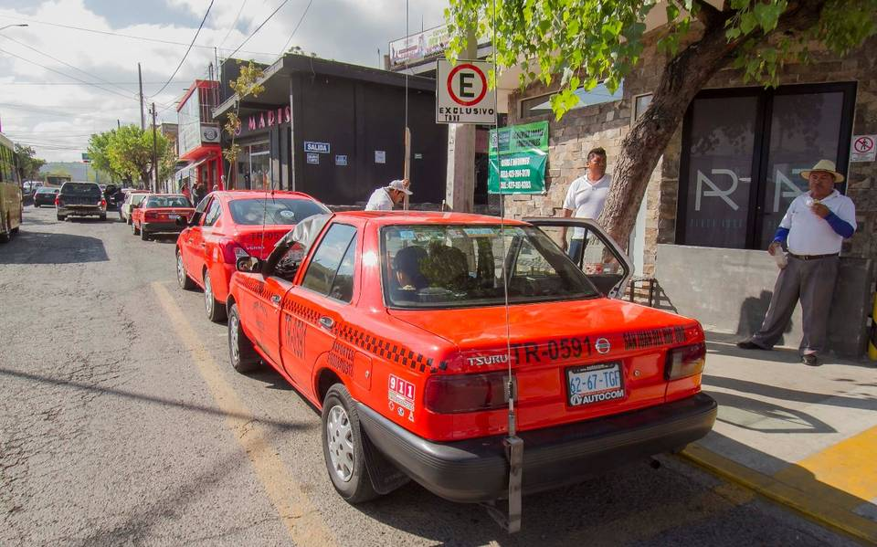 Taxistas van vs unidades piratas - El Sol de San Juan del Río